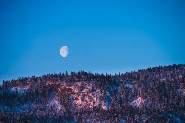 Månen over Storsteinsfjell