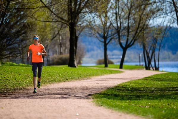 Løper i elveparken Drammen