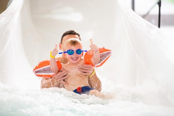 Far og sønn i sklia på Røykenbadet